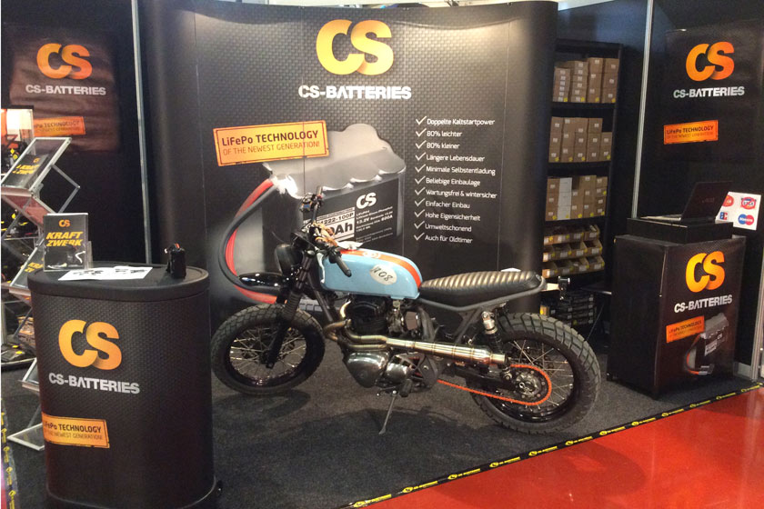 Messestand mit Motorrad CS-Batteries